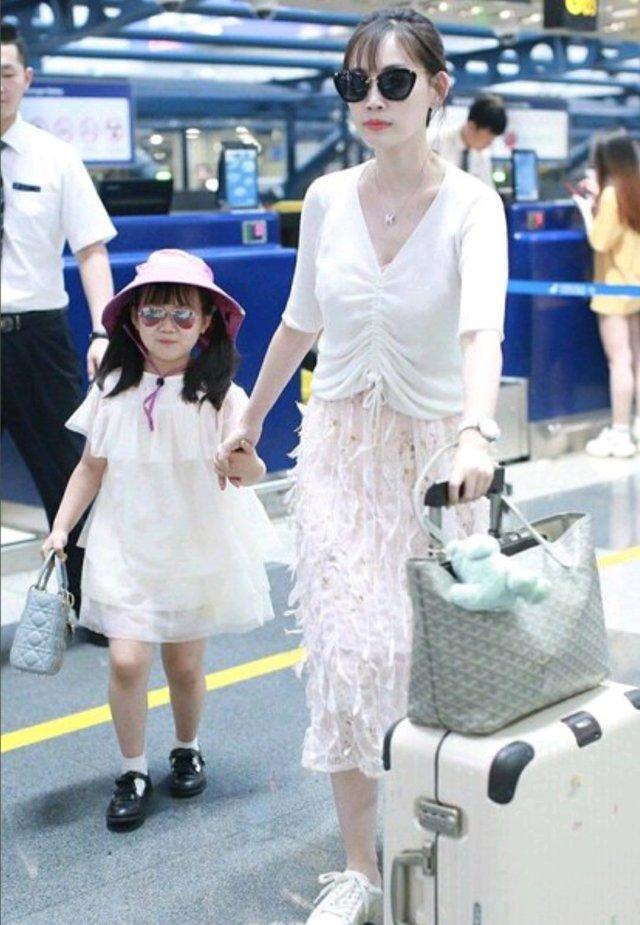 对于马蓉来说,机场早已如秀场,是一个极好的展示自己的舞台,因此最近马蓉在机场也格外注意形象和穿搭,带女儿出行的时候更是会精心打扮一番,穿上元素相搭配的母女装,闪亮登场。心情好的时候她甚至会给镜头打招呼,心情不好的时候就伸手表示拒绝被拍,更多时候则把自己想象成明星一样一副精心打扮却又满不在意的样子,真是有意思极了。