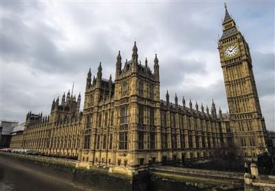"""议会解散后国家运行会不会受到影响?按照英国法律,议会解散后,议会下院所有席位自动空缺,所有议员法律身份回归普通民众,失去一切议员特权。但是,议会解散并不代表英国进入""""无政府""""状态。议会和政府是两个互相独立的机构。"""