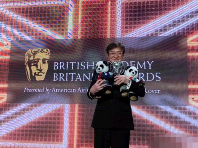 26日,成龙再一次获得殊荣,就是荣获英国奥斯卡-大不列颠奖。这一个奖项被称为英国奥斯卡奖,是英国电影界较高的殊荣。所以这一次成龙更是亲自现身去领奖,可喜可贺哦。当天成龙大哥现身依旧是一身中山装,看上去十分的中国范儿。