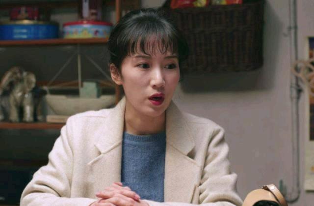 去年热播的《都挺好》大家是否还记得?李念在剧中饰演苏明成的媳妇朱丽,塑造的形象是一个娇俏可人、 温柔贤惠的小娇妻,她的演技得到了大家的认可,她的角色饰演的淋漓尽致。34岁的李念有这一位极其有钱的老公林和平,两人于2011年登记结婚,之后,李念分别在2012年和2015年为林和平生下了两个孩子。近日,阔太李念在社交平台晒出穿运动装马甲线的照片,照片中的她十分抢镜,活力感十足,马甲线让无数女生为之疯狂,真的十分羡慕。