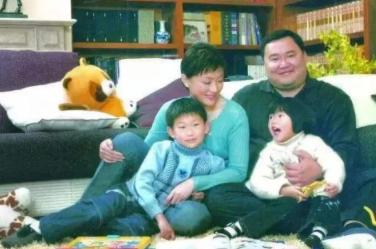 杨澜的老公是吴征,两人相识于1994年,当时刚刚获得了央视金话筒奖的杨澜离开了她深爱的央视舞台,只身前往美国的哥伦比亚大学进修,认识了现在的老公,当时两人都有过一段婚姻过往,于是更加坚定彼此,隔年就结婚了。杨澜也很快生了孩子,婚后相夫教子了几年,1998年,杨澜重返主持舞台,在凤凰卫视推出了以自己名字命名的节目《杨澜访谈录》。开启了她的事业巅峰!