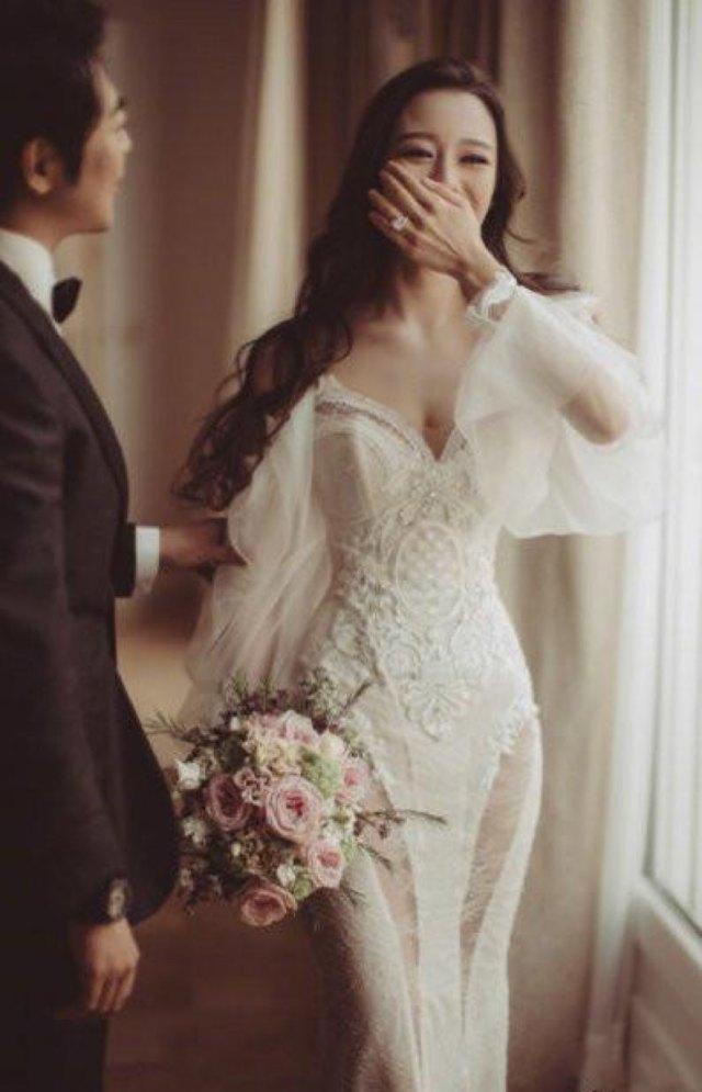 """吉娜穿吊带裙也很好看,尽显她的好身材,将专属于女性的""""S型""""曲线展现的淋漓尽致。纤细的腰部没有任何赘肉,非常的婀娜。裙身镶嵌着许多银色微带珠光的小亮片,汇聚在一起波光粼粼,很亮眼。"""