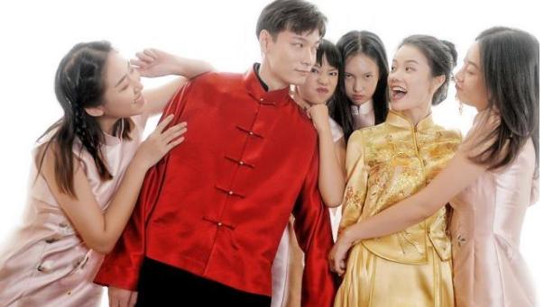 参加过《天使之路》的那位超模张桐和男友吕丕强相恋多年,之前还一起参加过真人秀《亲爱的结婚吧》,这两天他们在老家迎来了属于自己的婚礼。原本办婚礼是件开心喜庆的事儿,婚礼现场也算得上养眼,四个伴娘有三个都是《天使之路》里的选手,酷似刘雯的石闻,酷酷的袁博超,和纪凌尘的绯闻女友王艺。但后来画风却逐渐转变,还出现了婚闹现象,新郎吕丕强被众人直接推到树上,并用胶带将他缠到了树上,甚至还有人往他身上泼水,画面让人看着真是好难受。