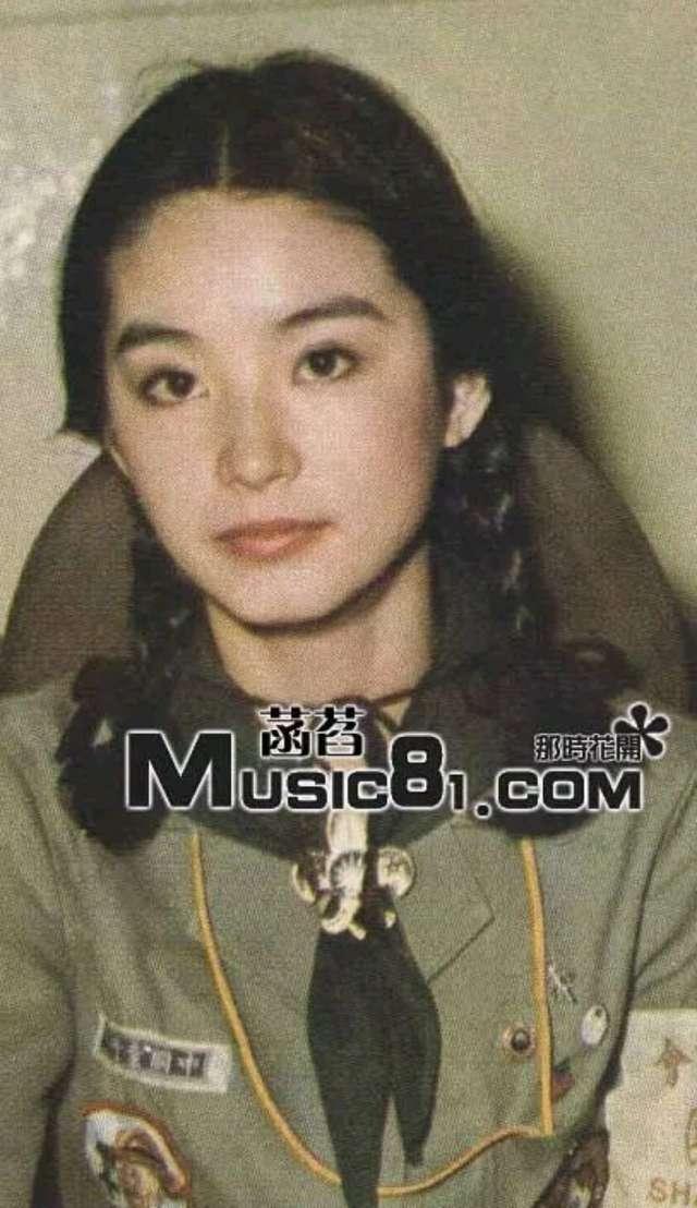 林青霞都64岁了,她的女儿也已经出落得亭亭玉立了,和妈妈年轻的时候好像,好漂亮!而且不是那种网红的漂亮,就怎么看怎么舒服,满脸的胶原蛋白真是令人羡慕啊!