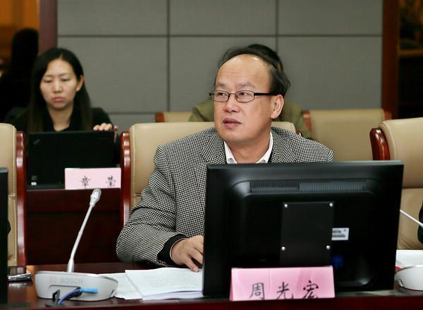 """周光宏2011年7月至2019年3月任南京农业大学校长,2017年当选国际标准化组织(ISO)""""肉禽鱼蛋及其制品""""委员会主席,2018年当选国际食品科学院院士(IAFoST Fellow)和美国食品工程院院士(IFT Fellow)。其长期从事肉品学研究与教学,是国家肉品质量安全控制工程技术研究中心主任和首席科学家。此外,他在肉与肉制品的品质形成机理、关键加工技术、标准与质量安全控制等方面取得诸多成果,主持完成的 """"冷却肉品质控制关键技术""""、""""传统肉制品品质形成机理及现代化生产""""和""""低温肉制品质量控制关键技术""""分别获得国家科技进步二等和教育部科技进步一等奖;还兼任中国农学会副会长和中国食品科技学会副会长。"""