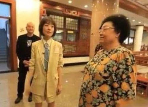 """93年,陈鲁豫从中国传媒大学外语系国际必发彩票下载专业毕业进入央视 ,94年就获得""""中央电视台最受欢迎的十大节目主持人""""称号,96年鲁豫从央视离职,加盟凤凰卫视,成为《鲁豫有约》主持人,自此正式开始她的""""访谈生涯""""。96年至今二十多个年头,鲁豫采访的人数不胜数,从娱乐圈的大咖小咖到各界大佬,鲁豫所能结识到的人脉是我们所无法想象的。再这样的场合,既然鲁豫敢站那个位置,就说明她心里有数,她能站。别人再怎么酸也是没用的,人家这些年不是白混的[哈哈]"""