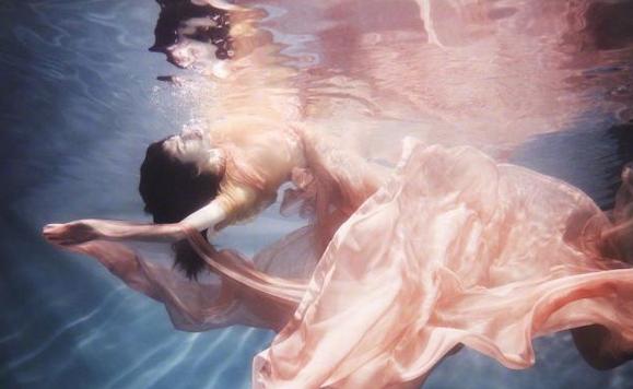 """据悉何穗是个早产儿,小时候体质特别弱。她的爸妈从小就让她学游泳,并接受了七年的游泳培训,已经达到了专业游泳远动员的水准,她的隐藏技能为她加了不少分,何穗的良好水性让她在水中更好的展示自己,耗尽了20个小时有了这组绝美大片。之前何穗也晒出过自己游泳的视频,一身泳衣勾勒出纤细身材,大长腿更是惹网友齐夸""""美人鱼""""。"""