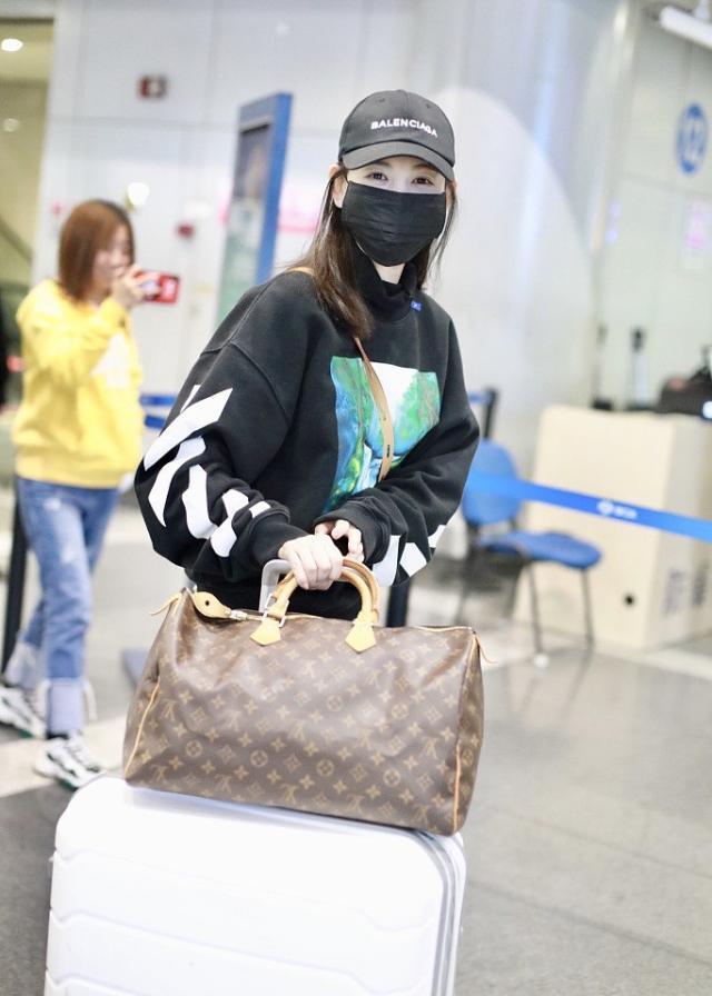 11月6日,马蓉现身北京机场,与以往出现在公众场合一样,从头到脚一身名牌,看这帽子、鞋子、斜挎包和手提包都是奢侈品十分有气派,鞋子和包价格都在万元以上。令人匪夷所思的是,北京气温基本已经在10度以下,马蓉还穿着超短裙,大秀白得发亮的美腿,这么注意形象和明星有的一拼。