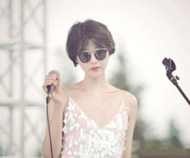 李亚鹏女友近照曝光,短发、墨镜、吊带裙,看起来年轻又漂亮,据说还是个很喜欢爵士的文字工作者,条件很优质了啊。 [心]