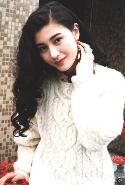 颜霸!美人迟暮但也很美。说起李嘉欣相信很多人都不陌生,李嘉欣因为参加香港小姐获得了冠军,随后她直接进入娱乐圈,以她的身份地位来说都是比较出众的,虽然她们那个年代女艺人的颜值都非常的耐打,但是李嘉欣依旧占有一席之地,而且她的外表也是非常的有特点。但李嘉欣也绝非花瓶,虽然说她不是标准的科班出身,但是为了角色她甘愿扮丑,虽然现在的她已经快50岁了。但是她的外在形象还是非常完美的,如今嫁入豪门的她对自己的要求也非常高,所以至今五官都是非常立体的。