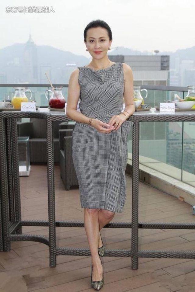 老吗,不觉得。她应该是成功女性的代表,不仅仅是一位著名的主持人,现在还开创了自己的事业,成为一个著名的企业家,慈善家。老公看起来像亚洲人但是其实上一个外国人,对她也很好,自从结婚以来也帮助了她很多。要不然也不会在事业上突飞猛进,51岁的她和49岁的刘嘉玲合影也不相上下![推你][求推][推1]
