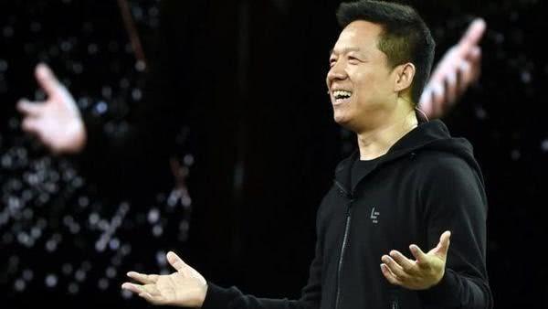 """中国老话是""""父债子还"""",现在贾跃亭又创造了一种新说法""""夫债妻还"""",由妻子甘薇替他处理国内的债务。2017年12月31日,在所有人都沉浸在跨年的喜悦里时,甘薇独身一人飞回北京,2018年1月7日宣布,受贾跃亭的委托,将负责贾跃亭在国内的债务问题。仅仅两年的时间,这位曾经被人艳羡、被称之为""""好命""""的女人,沦落到替夫还债的苦情妻子,豪门梦碎的甘薇,走到如今的这一步,让人咦嘘不已。"""