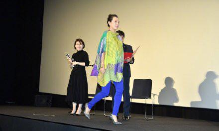 【章子怡怀孕30周踩高跟出席记者会】10月29日上午,章子怡作为评委之一,出席第32届东京国际电影节评委记者会。她身穿宽松上衣遮挡孕肚,而怀孕7个半月的她仍然踩着高跟鞋,仅上台的时候让工作人员搀扶,看上去状态也非常好,五官精致,丝毫没有孕期的浮肿。更厉害的是,章子怡硬生生把一件广场舞上衣穿成了评委会主席...