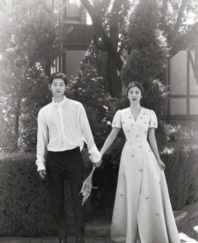 两人因为《太阳的后裔》这部剧结缘开始恋爱,当时《太阳的后裔》可便是火遍全亚洲,两个人结婚也被称为王子与公主的爱情。可是后来不过几年就离婚了,还好离婚的也算是体面,没有大闹。[推你][求推][推1]