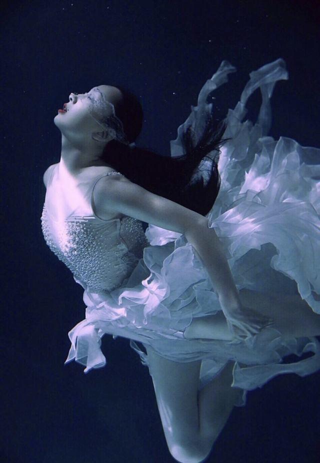 我天哪什么人间仙女,这身材真的好好哇!!水里暗暗的朦胧美何仙姑真的名不虚传👍之前小陶虹也拍摄了水中一组照片也是美爆了。讲真的拍这种硬照还是要身材气质具佳,据说她是在水下拍了20多个小时,所以不愧是超模,身材皮肤表现力真让我尖叫出声啊啊啊啊!