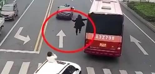没看见后边小白车么?有人拿着手机,一看就是在拍视频,一伙人炒作