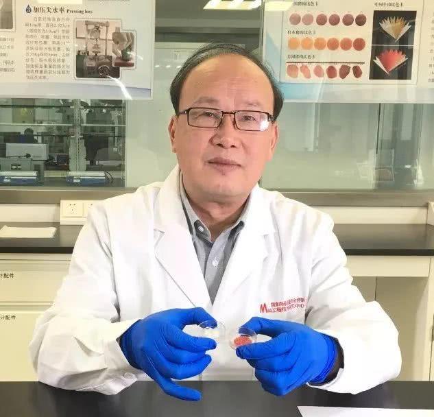 11月18日上午,中国第一块人造培养肉在南京农业大学国家肉品质量安全控制工程技术研究中心诞生。南京农业大学周光宏教授带领团队使用第六代的猪肌肉干细胞培养20天,生产得到重达5克的培养肉。这是国内首例由动物干细胞扩增培养而成的人造肉,是该领域内一个里程碑式的突破。