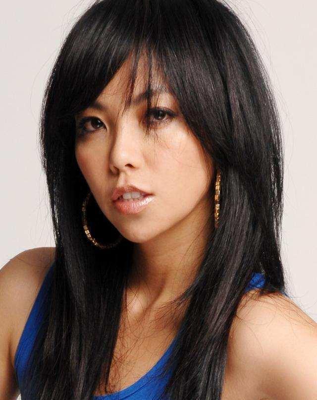 张惠妹是台湾卑南人,出生在一个大家庭,3个哥哥,3个姐姐,2个妹妹。1995年,她离开家乡去了台北加入表哥的RELAX乐团成为了女主唱,1996年的3月张惠妹遇到了她的伯乐——张雨生。随后没多久张惠妹发行了第一张个人专辑《姐妹》,在台湾IFPI榜上蝉联9周第一名,销售量超过108万张,打破1996年台湾本地歌手的销售纪录。半年后,她又推出第二张专辑《Bad Boy》,累计销售135万张。自此张惠妹一夜成名。回想当年的辉煌,张惠妹或许只会淡然一笑,但粉丝们却无比怀念当年在大街小巷都能听到阿妹歌曲的日子,当然了,也很怀念阿妹当年的身材......[大笑]
