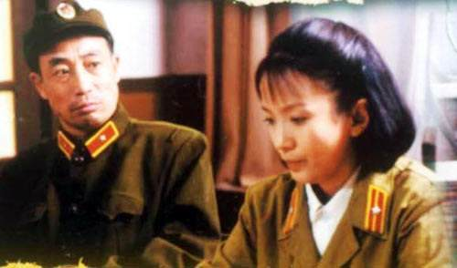 吕丽萍年轻时就是很美,1960年4月出生于北京,毕业于中央戏剧学院,她自打出道以来就给观众们奉献了《激情燃烧的岁月》、《老井》、《编辑部的故事》《大脚马皇后》等优秀作品,获得过飞天奖、百花奖、金马奖等众多荣誉,可以说现在演员该有的荣誉她全部都有了,而且为人低调,除了演戏跟宣传作品,很少出现在荧屏上。