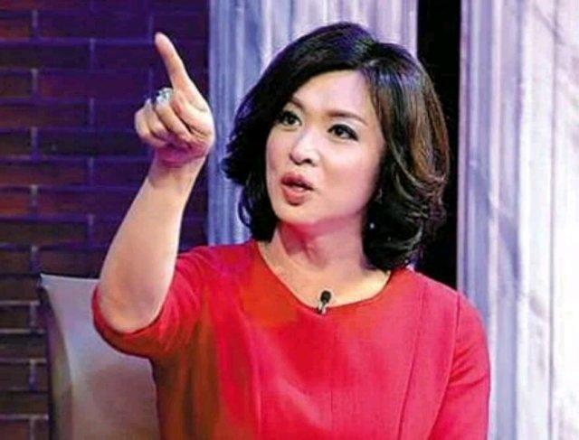 """金星在娱乐圈一直以""""毒舌""""闻名,向来心直口快,手撕过的中外明星一长串,连韩国欧巴都难逃开涮。点评名人和事件毫不留情,不论多大的咖,只要她觉得不对就是直怼,曾经怼过范冰冰是""""毯星"""";调侃过""""老干部""""靳东形象固化;批评过黄子韬不愿被人说长的像黄渤;喊话过陶喆""""就你会做PPT"""",还有韩雪、张艺谋、黄晓明等。一开口满嘴刀子,一不小心就死伤一片,难得遇上让她开口说好话的,两人的爱情连苛刻的金星都能动容,想必也是一对神仙眷侣吧。"""