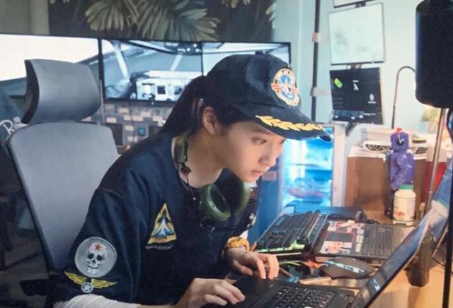 其实关晓彤的角色是有原型的。了解3U8633航班事故原型就会知道,关晓彤饰演的角色是航空爱好者。原型中也是这群航天爱好者最早听到飞机求救信号,也是他们记录了飞机与ATC(空中交通管制)的对话,帮助后期分析飞机的情况。而备降过程也正是这群航天爱好者拍摄下来的。所以才会有这么多人了解到这件事。现实中这个人物确实很有意义,但电影中真没必要。整段掐掉都没丝毫痕迹没影响。我就记得她出场的时候正是成都8633遭遇危机的时候。本来镜头正在8633飞机上,一下切到了以关晓彤为首的航空爱好者的小屋里,让人一头雾水,酝酿的紧张情绪顿时也烟消云散。观影体验大打折扣。