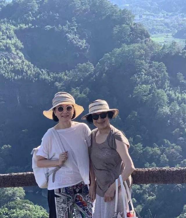 已经步入养老阶段的林青霞热爱旅游和写作,近日就在中国时报上发表了一篇名叫《等武夷山望天下 林青霞与江青出游》的文章。里面描述了她和江青的过往和相识,以及去游玩的过程。在文章里,描述了一些十分有意思的事情,比如她们在第一次见面,然后许久不见面后的相遇,又或者是没有拿房卡,手机还留在房里等趣事。