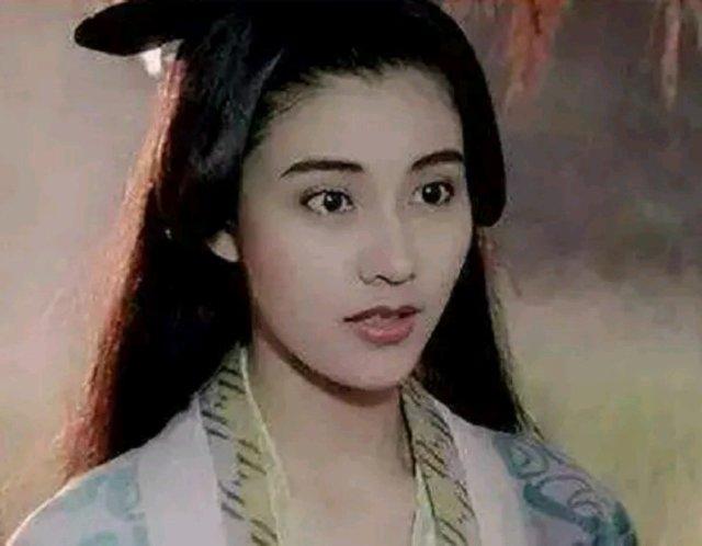 """在上个世纪八九十年代的香港有一句话,""""最富不过李嘉诚,最美不过李嘉欣""""。李嘉欣的美很大气,既有西方女人的硬朗,又不失东方女人的柔美。从18岁选美出道以来至今,李嘉欣已经美了整整30年。就算如今的她49岁,仍然是风采依旧。但亦舒评李嘉欣:美则美矣,毫无灵魂。我觉得那一定是嫉妒。李嘉欣的眼睛那么灵动,怎么可能毫无灵魂呢。李嘉欣嫁入豪门后,十年来与老公许晋亨过着恩爱富有的富太太生活。如今复出扮演杨贵妃,还是感觉到了美人迟暮。而且说实话,李嘉欣那种略带欧化和英气的没,与杨贵妃妩媚的气质,还是不太搭。"""