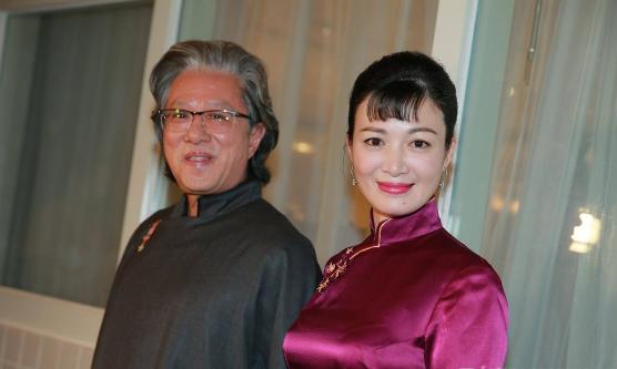 俩人当年的婚礼是在香港赛马会跑马地会所办的,身穿酒红色旗袍的少霞与穿深色长衫的老公现身时有媒体细心地发现她手上的钻戒大概就有六克拉,总之是一个低调奢华的婚礼啦。当时就有媒体问陈少霞未来还会不会生孩子,毕竟她已经有俩女儿,而且老公结婚那年就已经59岁,他们回应顺其自然并不抗拒新生命到来,如今也算得以偿愿,祝福啦!
