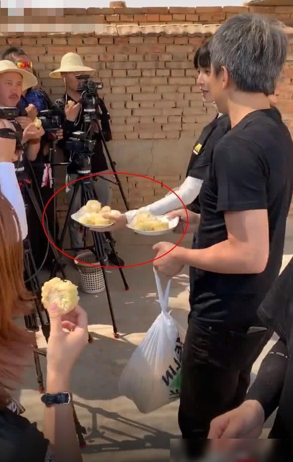 邓超把刚摘下来的玉米分给工作人员吃,一边分享还一边告诉他们:特别好吃,特别甜。大概是城里卖的玉米都是冷冻储藏的吧,估计有钱人平时没吃过这么新鲜的玉米吧。