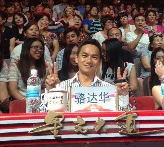 骆达华早年是TVB的演员,演的多是反面角色。当骆达华察觉到TVB有意将资深艺人换走,换成新的一批演员,而自己的前途渺茫,便和太太商量后决定提前与TVB解约。骆达华解约后,选择了回到卢燕的家乡上海定居,并在内地发展,而事实证明,他的选择是很明智的。