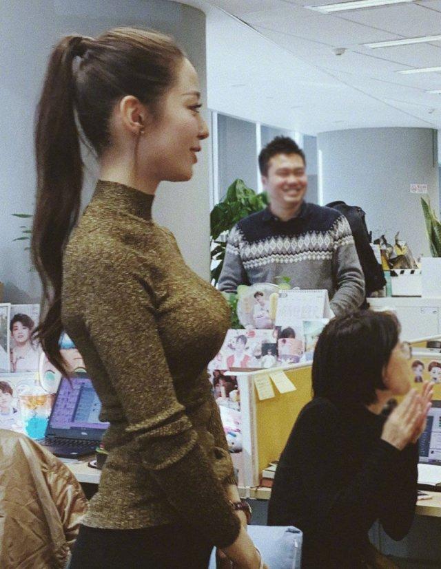 吉娜身材实在太好了,我一个女生都羡慕,中国有些女生如果胸大会很不好意思穿紧身的衣服,一般都穿宽大的去修饰,但是吉娜或许是外国人比较开放(褒义)对自己身材很自信,每次都会穿很现身形的衣服,太羡慕朗朗了,试问哪个男人不喜欢吉娜这样的老婆呢?自信的女人最美丽。