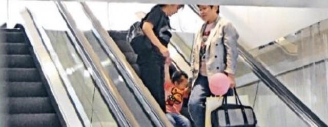 28日,有媒体拍到郭富城 经纪人和岳母带着郭富城女儿Chantelle逛街的照片。两岁的Chantelle正面照曝光,她梳着小辫子,穿粉色卡通T恤配蓝色牛仔裤,被经纪人和方媛妈妈牵着,十分可爱。据悉,郭富城于2017年4月与方媛结婚,同年9月女儿出生。 