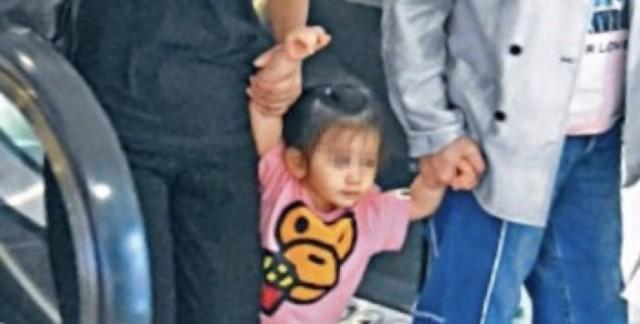 28日,有媒體拍到郭富城 經紀人和岳母帶著郭富城女兒Chantelle逛街的照片。兩歲的Chantelle正面照曝光,她梳著小辮子,穿粉色卡通T恤配藍色牛仔褲,被經紀人和方媛媽媽牽著,十分可愛。據悉,郭富城于2017年4月與方媛結婚,同年9月女兒出生。 ???