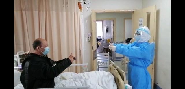 大家好,我是那个说要承包一年家务的蒋昊峻。我的妻子赵英明作为医护人员支援武汉,今天终于回来了!我老婆能平安回来,我就是感动感恩,她在我心目中就是我的英雄。现在她们应该要在成都那边隔离14天,然后再返回广元。现在肯定还是见不到她,但是心里很是踏实了很多。我跟她说做家务是一种爱的表达,因为我很少说我爱你之类的,所以我才会说包一年家务,意思是只要你回来,我干嘛都行、我就想让她在这一年在家里什么都不用做,让我伺候她。说实话当时听到她去武汉的消息时,就是浑身发麻,有一种无力的感觉。作为家人来说,我肯定不希望她去,但是作为一个四川人必须支持她去,因为我们四川08年地震的时候,我们就已经欠下全国人民这份情了。我们有过很短暂的争吵,我看到她态度坚决以后,吵肯定吵不过她,那就支持她。为了迎接她回来,我还买了个新沙发,当时结婚是随意买了一个,这次换了个更舒服的,她下班回来后,可以更舒服的玩玩手机看看电视。我可以认真的告诉大家,包一年家务是一件很幸福的事情,因为没有什么能比平安幸福更值得感谢。我们四川人说话绝不拉稀摆带(绝不食言),一定说到做到,欢迎大家监督。