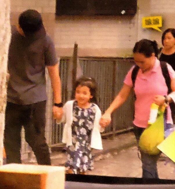 刘恺威离婚之后,大部分时间都留港陪伴女儿,前段时间到了深圳拍戏,现在又空闲下来,所以有空接女儿放学。小糯米原本牵着保姆的手出来,不过她没走几步,就飞奔到爸爸身边,牵着刘恺威的手,足见父女情深。而平时主要负责带小糯米的奶奶,在刘恺威身后慢慢走,据刘恺威父亲刘丹透露,小糯米最喜欢的人是奶奶,因为奶奶陪伴她的时间最多,其次才是爸爸刘恺威。不知道,忙于工作的杨幂,又在小糯米心目占第几位呢?[嘘]
