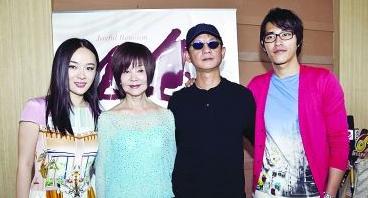 这个导演不得了哦,确实是台湾非常有名的导演,得过不少奖,袁咏仪、阮经天、郑元畅、霍思燕、蓝正龙都演过他导的戏,难怪会有女演员送上门啦
