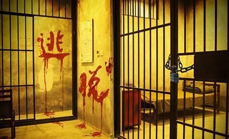 密室逃脱 是一种真人游戏,主要是玩家被困在一间门被锁上的房间内,如果你想要逃出去,就需要把里面的每一扇门都打开,才能够出去。在这个环境里,就有恐怖、奇幻等风格。这个案例说明,密室逃脱还是有相当的安全隐患的。