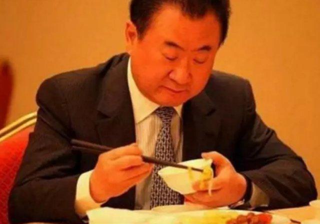 王思聪这么阔气又要面子的人居然才吃一份58元的宫保鸡丁?看来家里不太行了,老爸的资产都缩短一半了,他自己也不争气。他爸也有点可怜兮兮的样子,饮食也很是简朴,一顿早餐也就是一碟小菜和一碗米饭,当然,他的最爱还是韭菜合子。那种挥挥衣袖满地钱的日子回不去了。     来看看有钱的人是怎么奢侈的,马云日常坐拥满汉全席,范冰冰之前爆出之前过生日时买了一个4层高、被999只形态各异天鹅包围的生日蛋糕,而这个蛋糕价值198万元!李湘一家也被爆料说一月花费八万在吃饭上,而他们家的冰箱里也都是燕窝、海参等高级食材,可以说是很会享受了!     不知道现在王思聪落魄了,以前的美女还是否依旧不离不弃呀?