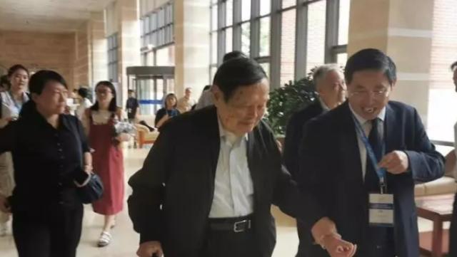 近日,97岁的杨振宁出席讲座,他手持拐杖,在校方领导的搀扶下现身,看起来精神很好。杨振宁小54岁的娇妻翁帆并未现身,这也是两人自结婚以来,翁帆首度缺席不再陪同杨振宁出席活动。在此之前的14年里,两人每次都是手牵手现身,十分恩爱。