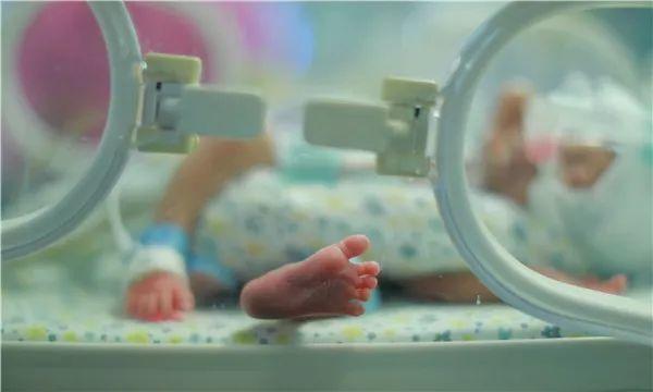 剖腹产的时候因为出了点状况,在ICU住过两天。一天5000。不过我当时一是很清晰,所以能感觉ICU里确实很忙碌。有医生护士一直在巡,仪器也是24h在转,护士还会给你像护工一样揉肚子、做一些恢复。其实我工资也不高,从ICU出来看到孩子的时候觉得,这两天能有医生护士全程照顾,平安活着见到孩子,太好了。