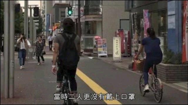 """这个时候回来的确有点尴尬,但愿回来能够遵守隔离14天,其实关于郑伊健有没有移居日本,目前还没有得到证实,但郑伊健早年已经在福冈置下产业,如今两个人只要没有工作邀约都会在福冈,每次都会用尽停留许可日期。知情人也表示:""""他们根本是常住福冈,并非旅行,每三个月才回一次香港(香港去日本不用签证,每次可停留90天),之后再回日本。""""港媒称,郑伊健、蒙嘉慧非常喜欢日本的生活。即使两人感情有增无减、越爱越爱,却也因为没有生儿育女遭到非议。至于这个问题双方都给出理由,郑伊健玩心重,担心自己没精力照顾小孩,而蒙嘉慧深受童年阴影影响,一直以来就没有生小孩的打算。双方在结婚之时就达成协议,不曾想不仅打破了""""七年之痒"""",更变得娱乐圈的模范夫妻。"""