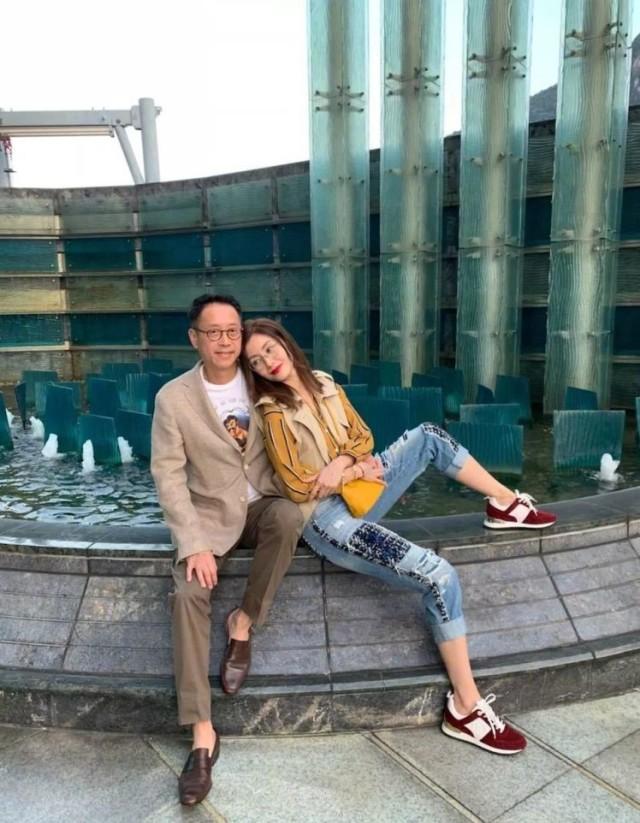 2009年,李嘉欣与香港富豪许晋亨结婚。许晋亨的父亲许世勋是香港四大船王之一的许爱周的儿子,对许氏家族名下的物业和豪宅保守估计,许世勋的资产就超过420亿元。不过老爷子没有直接把遗产交给唯一的儿子许晋亨,而是办理了家族信托基金,李嘉欣、许晋亨夫妇每个月只能拿到200万港币。不过,每个月200万港币够李嘉欣买几个包包呢?难怪要复出工作了。
