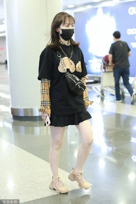 """不是明星的马蓉一直都保持着很高的关注度,而且马蓉似乎也很享受这样的关注,还经常把机场当作自己的秀场,时不时就要衣着靓丽现身机场走一走。面对记者的""""长枪大炮"""",马蓉也是丝毫不畏惧,从容不迫,真的是很佩服她的勇气了!"""