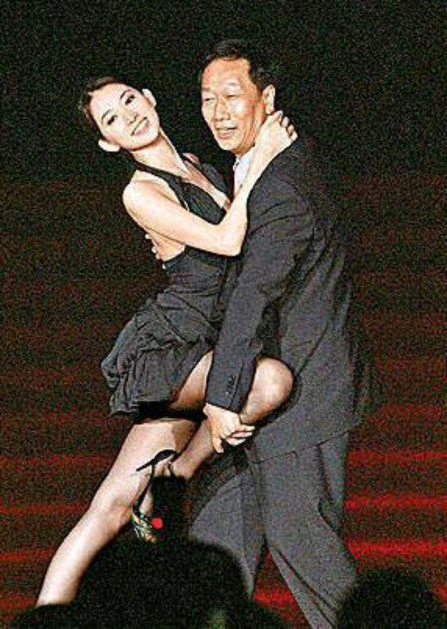 林志玲与日本艺人AKIRA的婚礼一直备受争议,17日终于举行婚礼。其实,曾与林志玲关系密切的不仅言承旭,还有邱士楷,郭台铭,在某综艺上也曾与黄渤温馨互动,关系也很好呢,但是黄渤却拒绝了婚礼邀请。