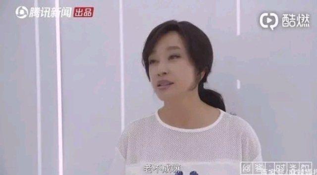 """67岁的刘晓庆确实可以说是娱乐圈的不老女神,不过有网友晒出了刘晓庆未修图真容,与刘晓庆自己晒出的剧照天壤地别。看到刘晓庆的正脸,皮肤松弛,法令纹、皱纹明显,显得十分老态。脸型也没有剧照那么尖,看起来十分真实。虽然刘晓庆盛世美颜不再,但每一道皱纹都是岁月的沉积,代表这岁月的流逝,岁月里总有不一样故事。刘晓庆出道以来经历了许多风风雨雨,可她依然是我们心目中最好的""""武则天""""。"""
