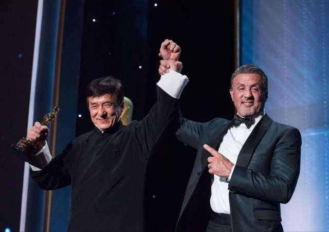 2017年,成龙曾获得第89届奥斯卡金像奖终身成就奖,他是首位获得奥斯卡荣誉奖的华人,同时也是继黑泽明、萨蒂亚吉特 雷伊、宫崎骏后第四位获此殊荣的亚洲人。