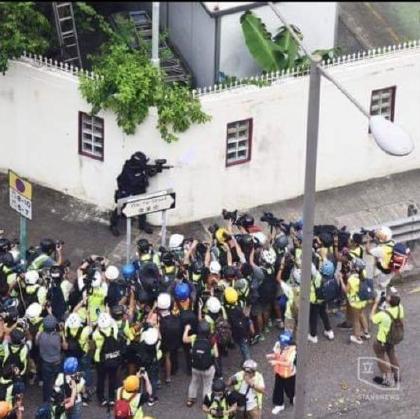"""别的不说,希望CNN等外媒也能像报道香港时那样,把镜头对准警察,然后""""客观、公正""""地报道此事~[打脸][打脸]"""