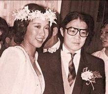 朱玲玲曾获得1977年香港小姐竞选冠军及最上镜小姐奖项。她是首位夺得两个奖项的参赛者,被行业中公认为最漂亮的港姐。[点赞]1978年嫁给霍震霆,育有三子。后来听闻朱玲玲的好友歌星叶蒨文向传媒披露霍震霆与朱玲玲已经在2004年离婚,而且早已分居多年。08年11月,朱玲玲与罗康瑞在新加坡四季酒店注册结婚。今年她的第二任婚姻也有十几年了,但网传照片来看还是好甜哦。