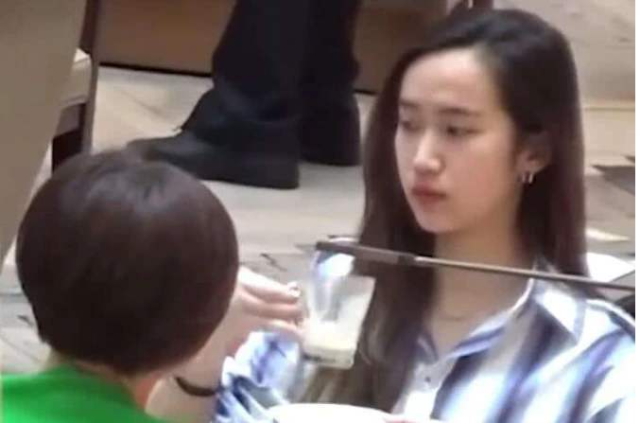 """骆达华的女儿骆欣言17岁时因为一套写真而走红,被称为""""最美星二代"""",""""清水芙蓉""""的模样被不少人赞誉。不过除了外貌突出以外,骆欣言也是一个学霸,目前就读于香港大学。除了偶尔分享日常生活,骆欣言还会写诗分享到社交平台上,十分有文采。之前骆欣言还在公益活动中登台献唱,结束后接受媒体采访也侃侃而谈,丝毫不怯场。"""