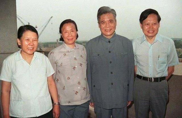 每次提到杨振宁,大家都会先想到老夫少妻。但是杨振宁回国后为中国带来了巨大的贡献你知道吗?在粒子物理学、统计力学和凝聚态物理等领域长期进行了创造性研究,取得了许多杰出成就,对中国航天事业也做出了不可磨灭的贡献。杨振宁凭借自己的资源,直接或间接帮助中国建立60多所物理实验室,缩短了与国外物理基础设施的差距;为清华、南开和复旦大学拉来了巨额的科研经费;以清华大学的署名发表了30多篇SCI论文,向世界显示了中国的基础研究实力。[点赞][点赞]